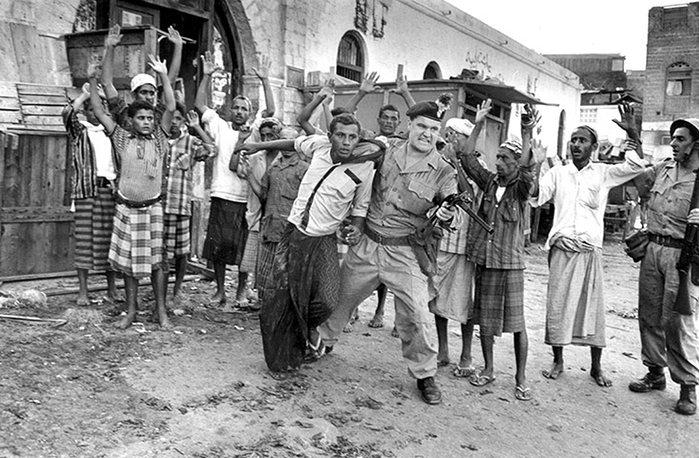 Apprehending-Man-in-Aden-003